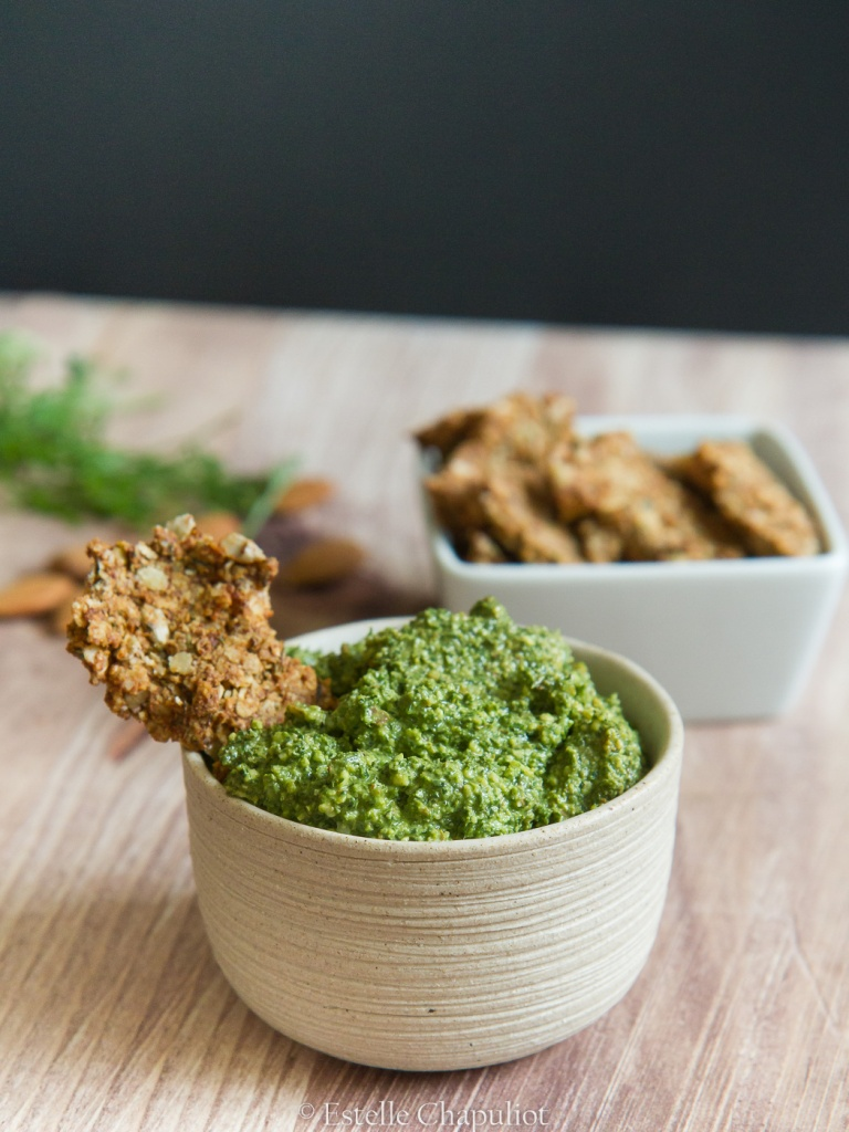 Apéro sain : granola salé au sarrasin et aux noix, pesto de fanes de carottes