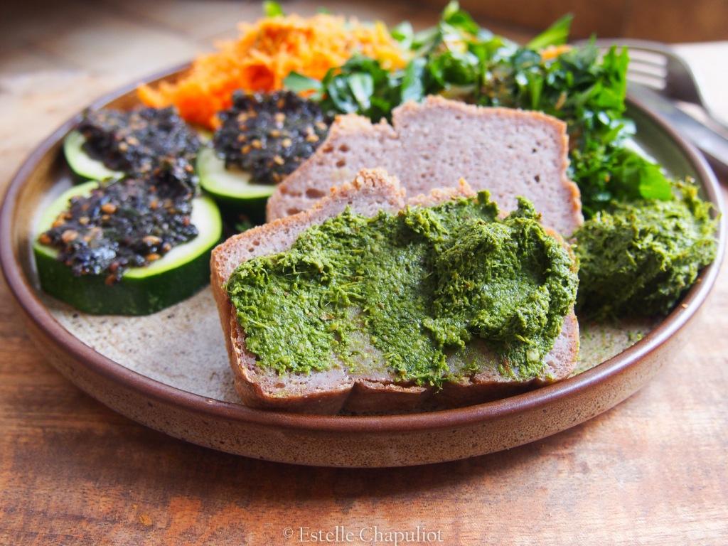 Assiette vegan et sans gluten : pain maison, pesto, tartare d'algues, etc.