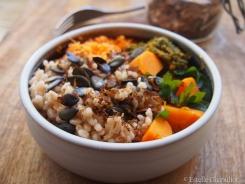 Assiette colorée orge perlé aux graines et aux algues, carottes et persil (vapeur et en salade crue)