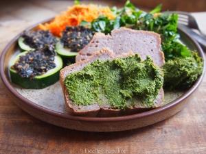 Assiette végétale colorée : pain sans gluten, tartare, tartinade