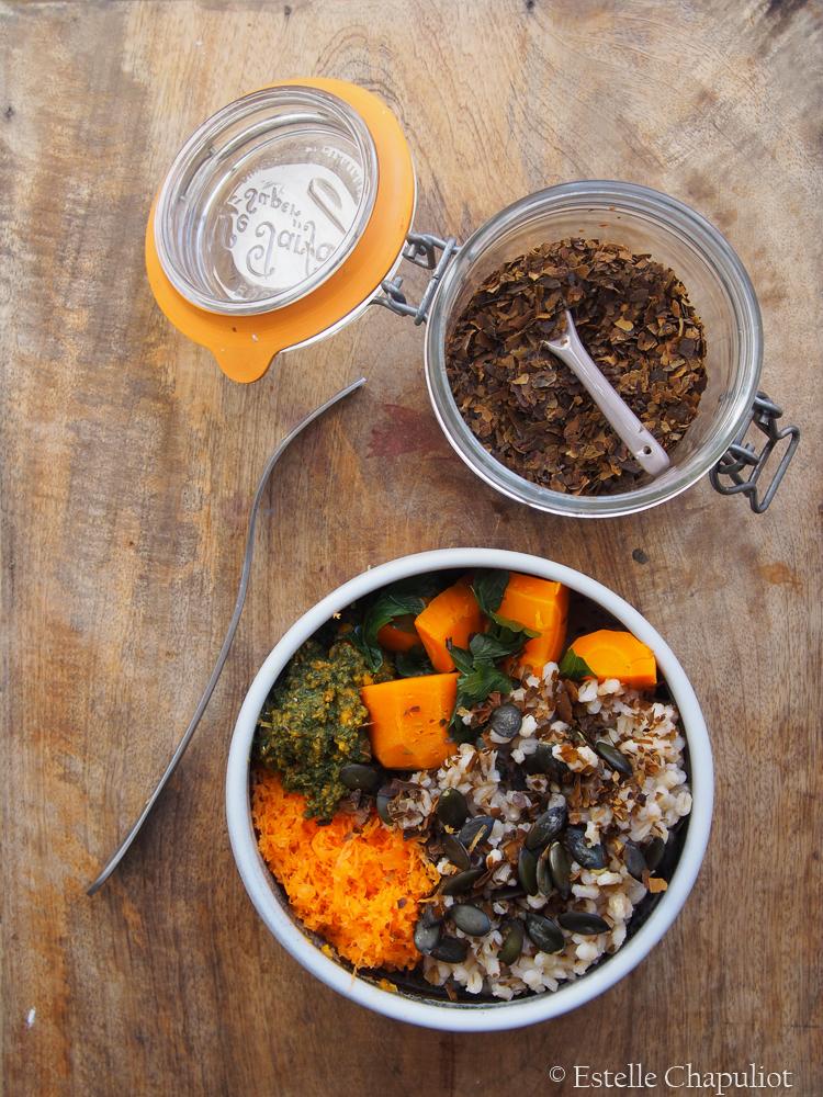 Lunchbowl orge perlé aux graines et aux algues, carottes et persil (vapeur et en salade crue)