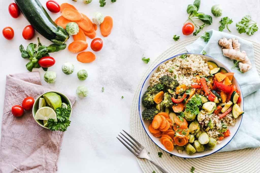 Repas coloré, riche en antioxydants et à index glycémique bas. Photo by Ella Olsson (pexels.com)