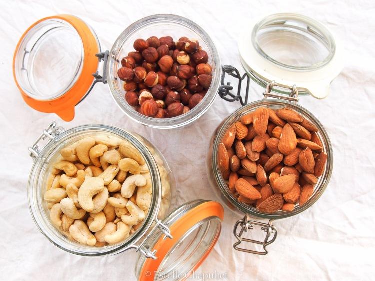 Trois fruits à coque délicieux : amandes, noisettes et cajous