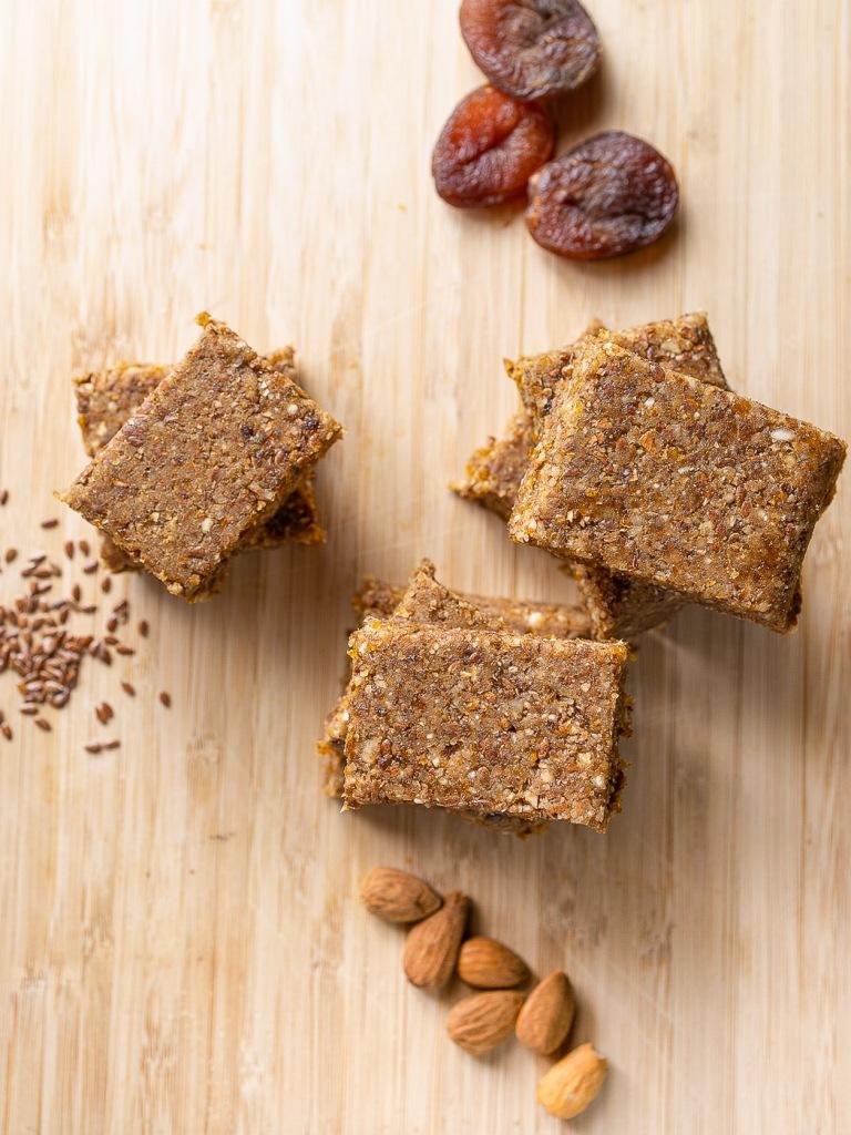 Barres aux abricots secs et amandes, vegan, sans gluten et sans sucre ajouté.