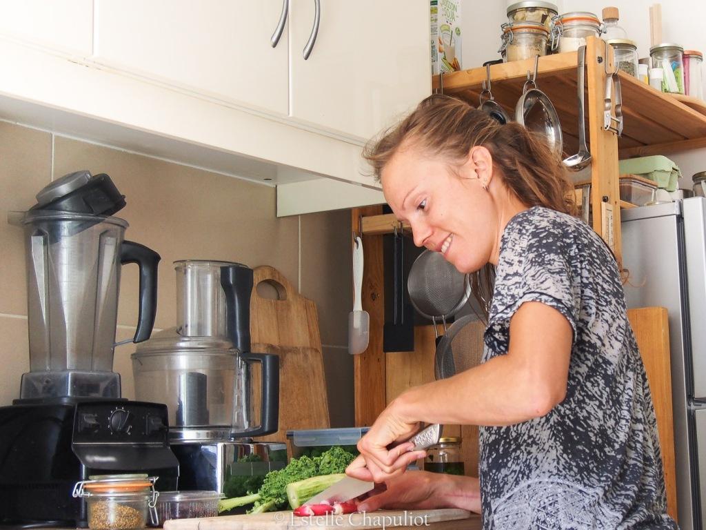 Estelle en cuisine : préparation d'une assiette colorée, savoureuse et riche en nutriments