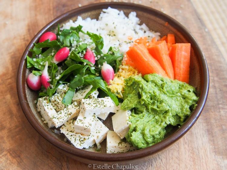 Repas complet : riz, tofu, crudité, sauce façon guacamole