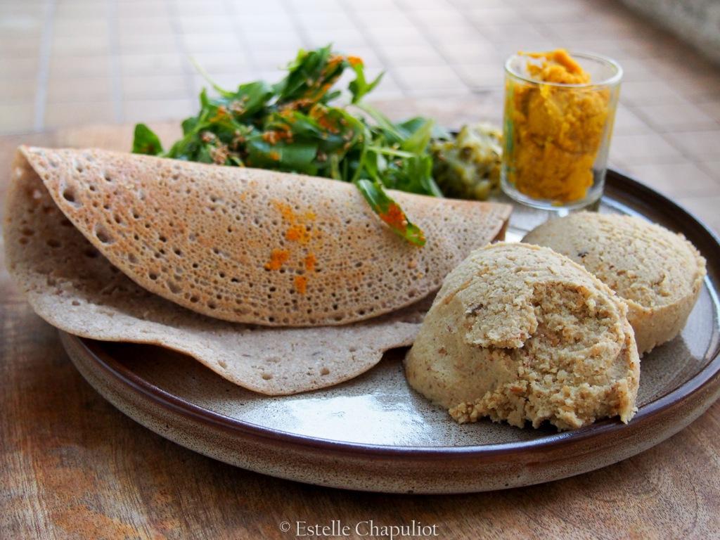 Assiette vegan : galettes de sarrasin, houmous de pois chiches, légumes lactofermentés, salade et sauce magique, sans gluten