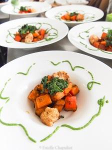 Potimarron et chou-fleur rôtis, chips de kale, sauce au persil