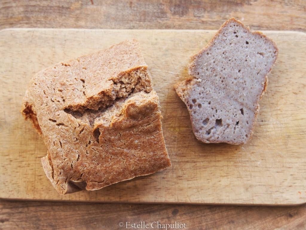 Pain sans gluten aux grains de sarrasin, fermenté au miso et cuit au four.