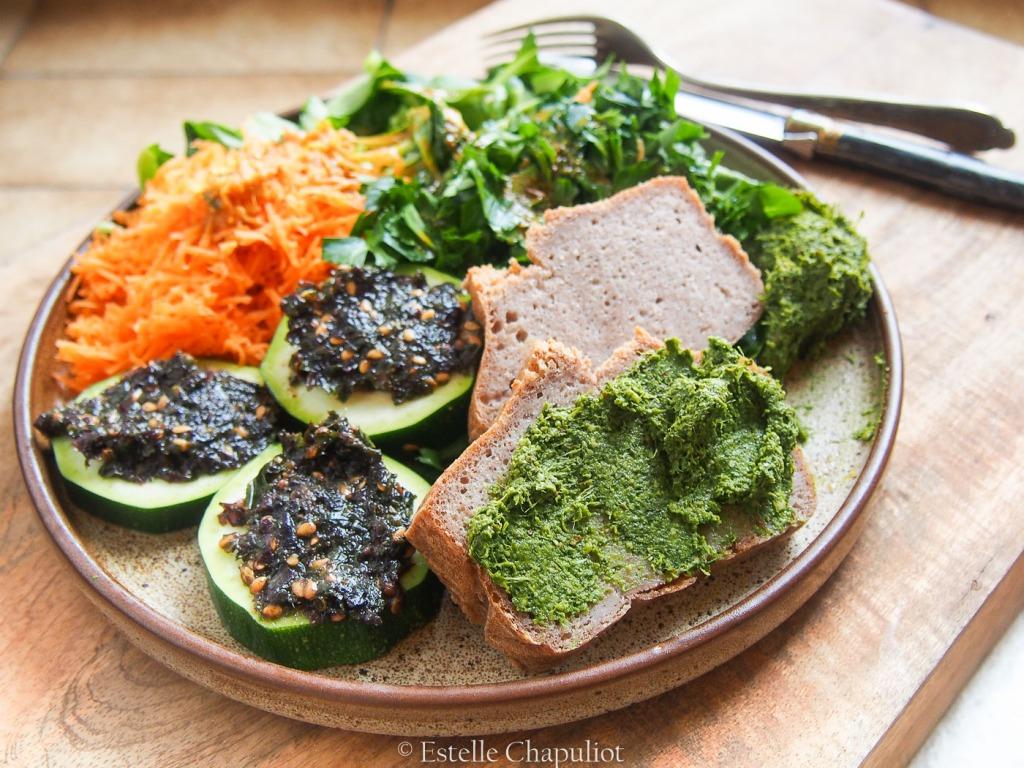 Assiette végétale colorée : pain sans gluten au sarrasin, tartare d'algues, tartinade de fanes de carottes