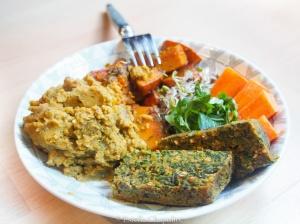 Assiette colorée : pain de verdure à la châtaigne, purée de pois chiches aux légumes rôtis, etc. - vegan et sans gluten