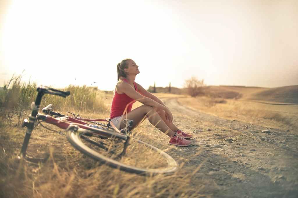 Vélo à la campagne, une activité douce pour prendre l'air ! Photo by Andrea Piacquadio (pexels.com)