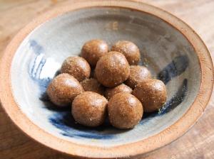 Boules énergie aux amandes et aromates (romarin, graines de coriandre et fenouil) - vegan et sans gluten