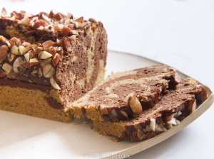 Cake marbré au cacao cru, millet et amandes - sans gluten, végétalien, cuit vapeur