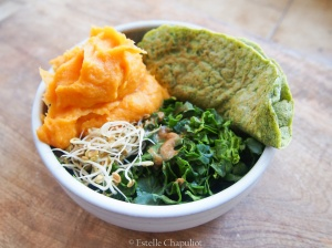 Crêpes aux grains de sarrasin trempés et épinards, purée panais-carotte vapeur, graines germées, épinards en salade et sauce miso - végétal et sans gluten