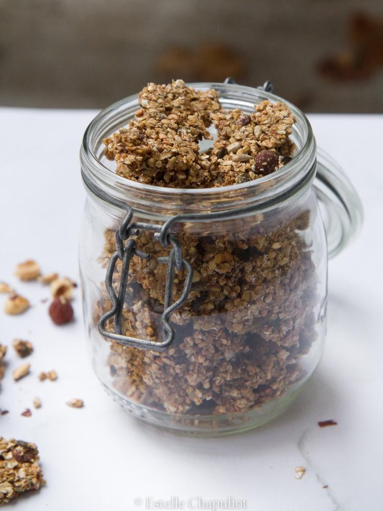 Granola aux flocons d'avoine, aux grains de sarrasin, aux noisettes et aux graines - végétal, possible sans gluten et sans sucre ajouté