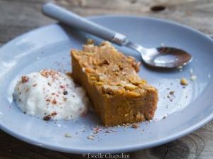 Gâteau fondant à la patate douce, à l'orange et à la cannelle accompagné de yaourt de soja