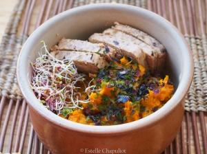 Purée de patate douce à l'origan, tofu lactofermenté aux olives, algues en paillettes, graines germées d'alfalfa - végétal et sans gluten