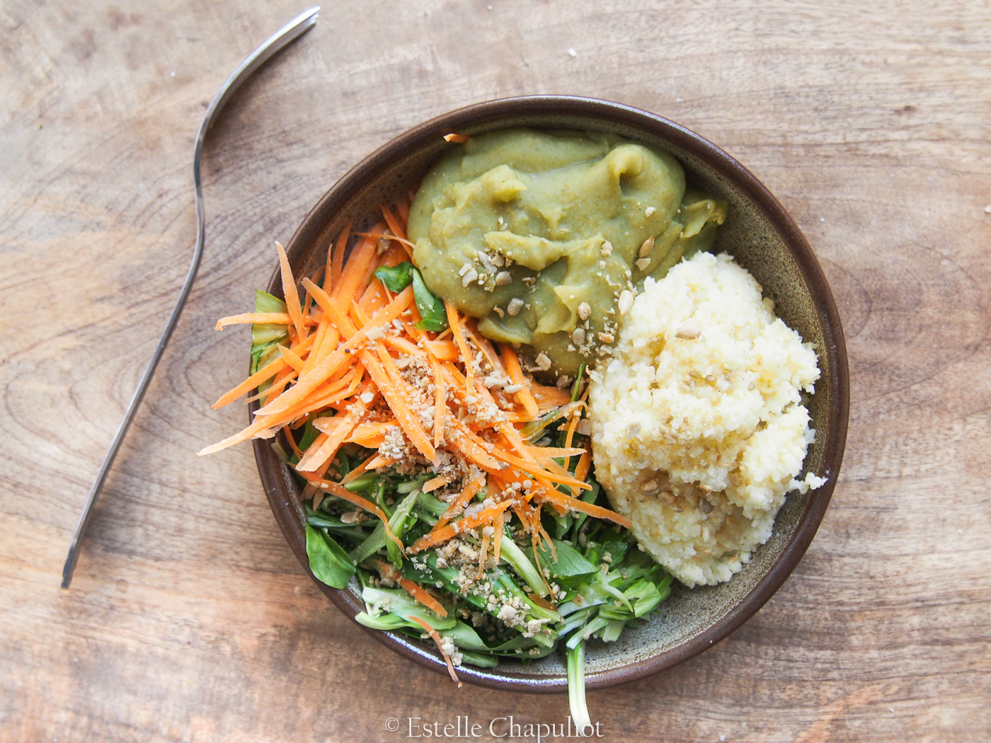 Purée de pois cassés à la carotte, millet, carottes râpées, salade et sauce au miso (végétal et sans gluten)