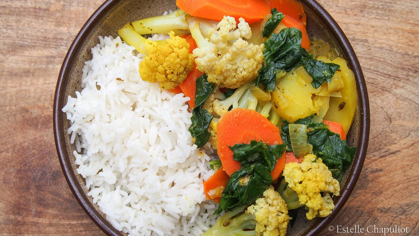 Repas ayurvédique : curry de légumes de saison, riz basmati au cumin