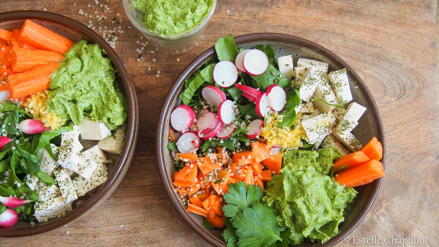 Assiette colorée vegan et sans gluten : tofu lactofermenté, crudités, guacamole au chanvre et citron