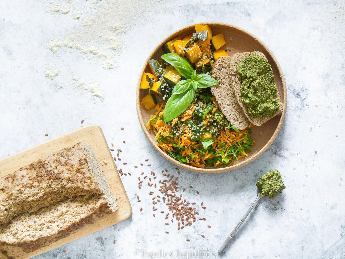 Assiette colorée : pesto de fanes de carottes, pain sarrasin-millet-lin, potimarron vapeur, carottes râpées et persil - sans gluten et vegan