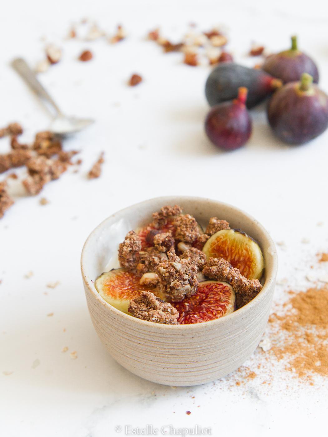 Petit déjeuner : granola sarrasin-raisins-noisettes, yaourt de soja, figues fraîches