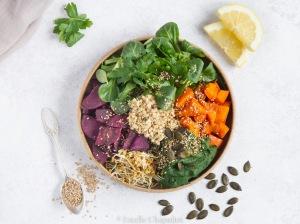 Assiette colorée : graines germées, purée panais-épinards, patate douce violette, potimarron, sarrasin germé, salade (vegan et sans gluten)