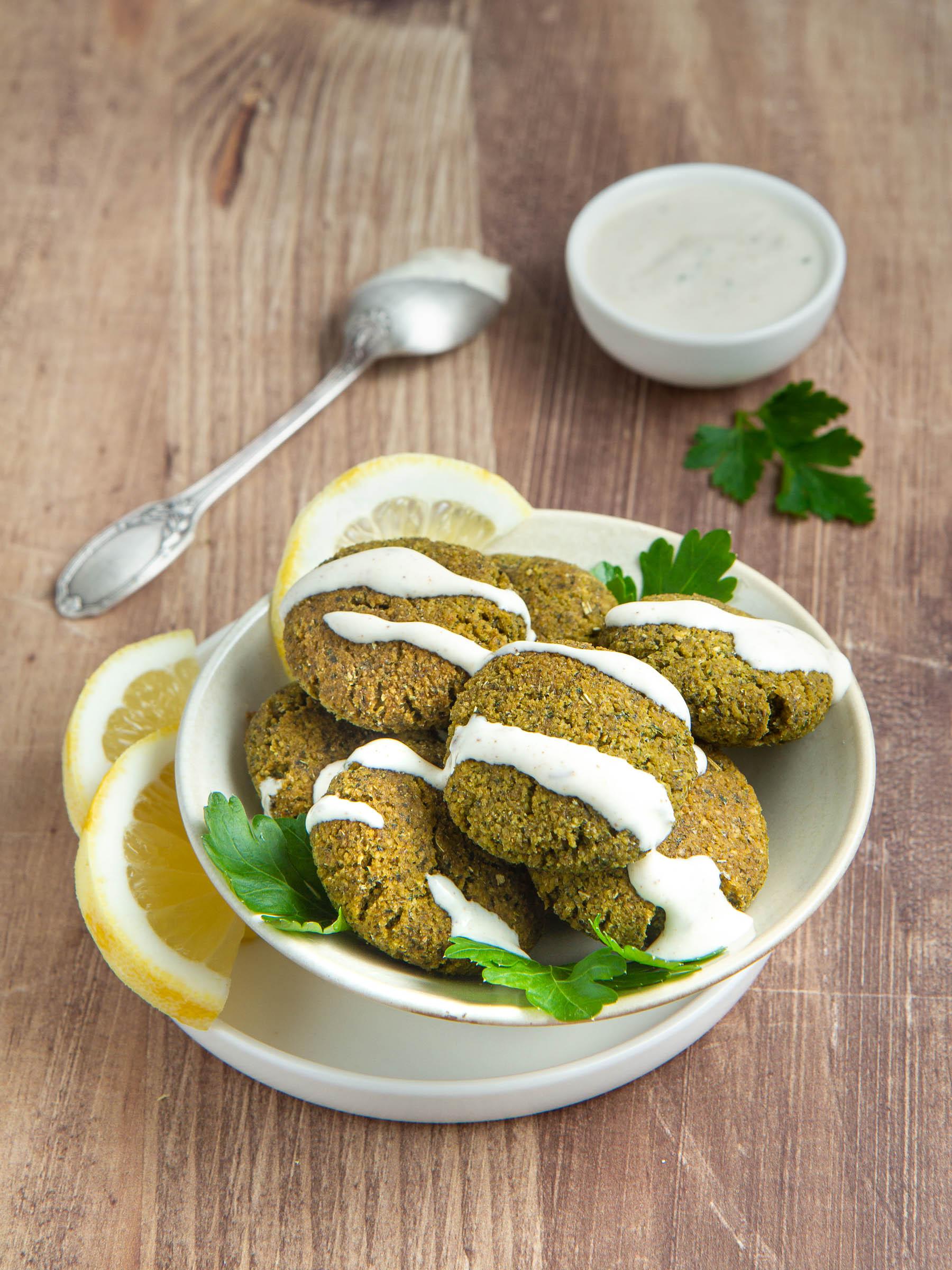 Falafels de fèves décortiquées et leur sauce citron-tahin-yaourt de soja (vegan et sans gluten)