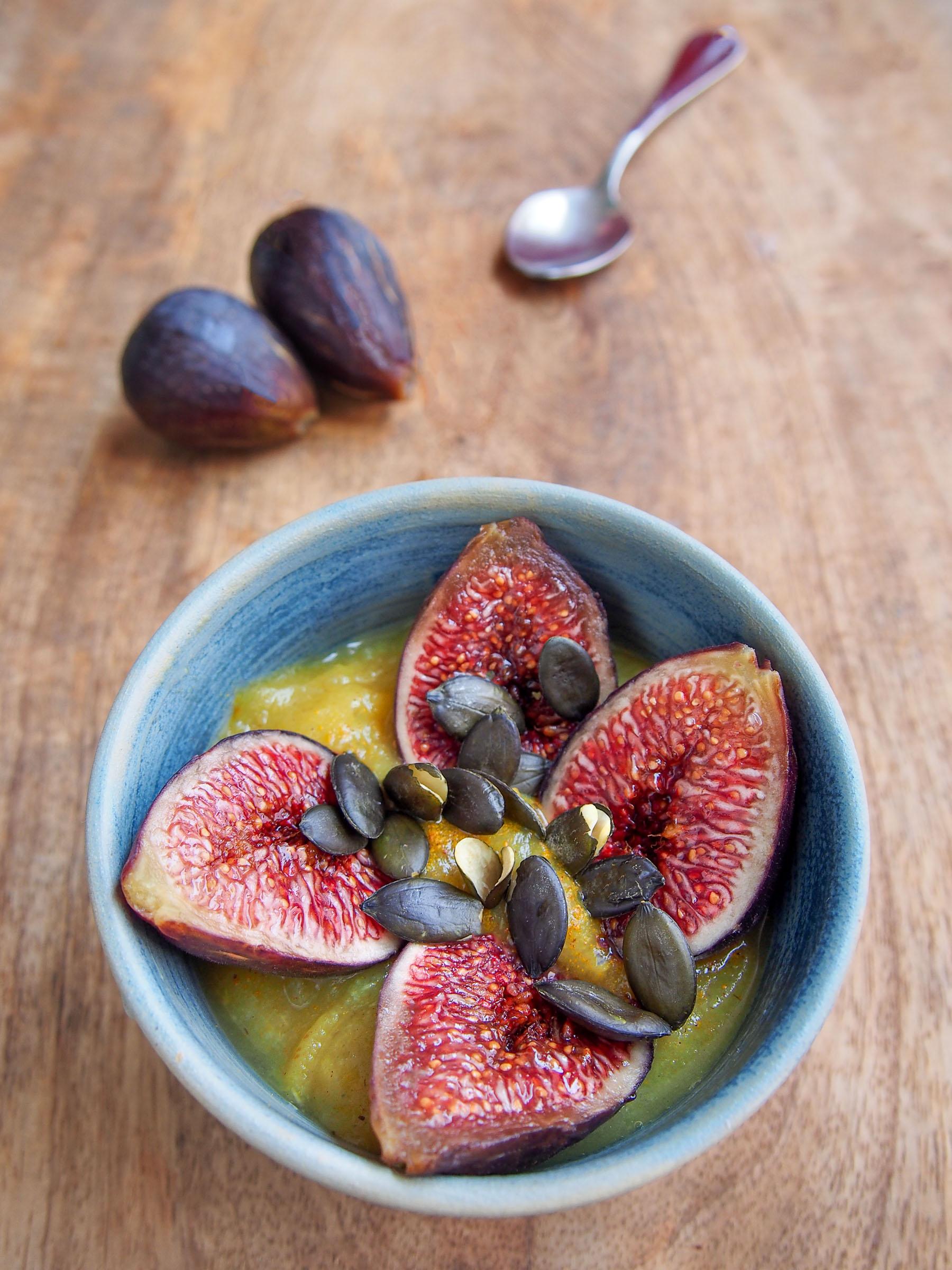 Figues de Caromb, compote de poires à la cardamome, graines de courges trempées