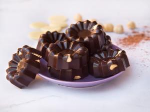 Chocolats maison au cacao et beurre de cacao crus - noisettes grillées (vegan)