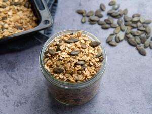 Granola aux gros flocons d'avoine, graines de courge et tournesol, sirop d'érable