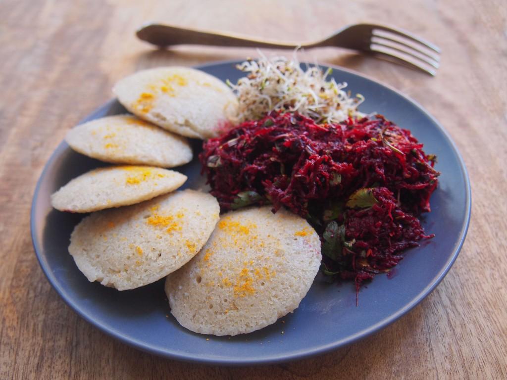 Idlis au riz long blanc et au lentilles corail, betterave marinée, graines germées d'alfalfa