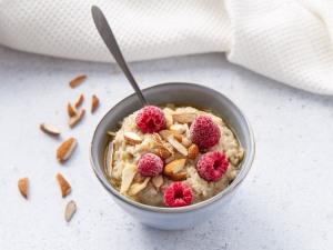 Porridge de flocons d'avoine aux amandes, framboises et sirop d'érable (vegan)