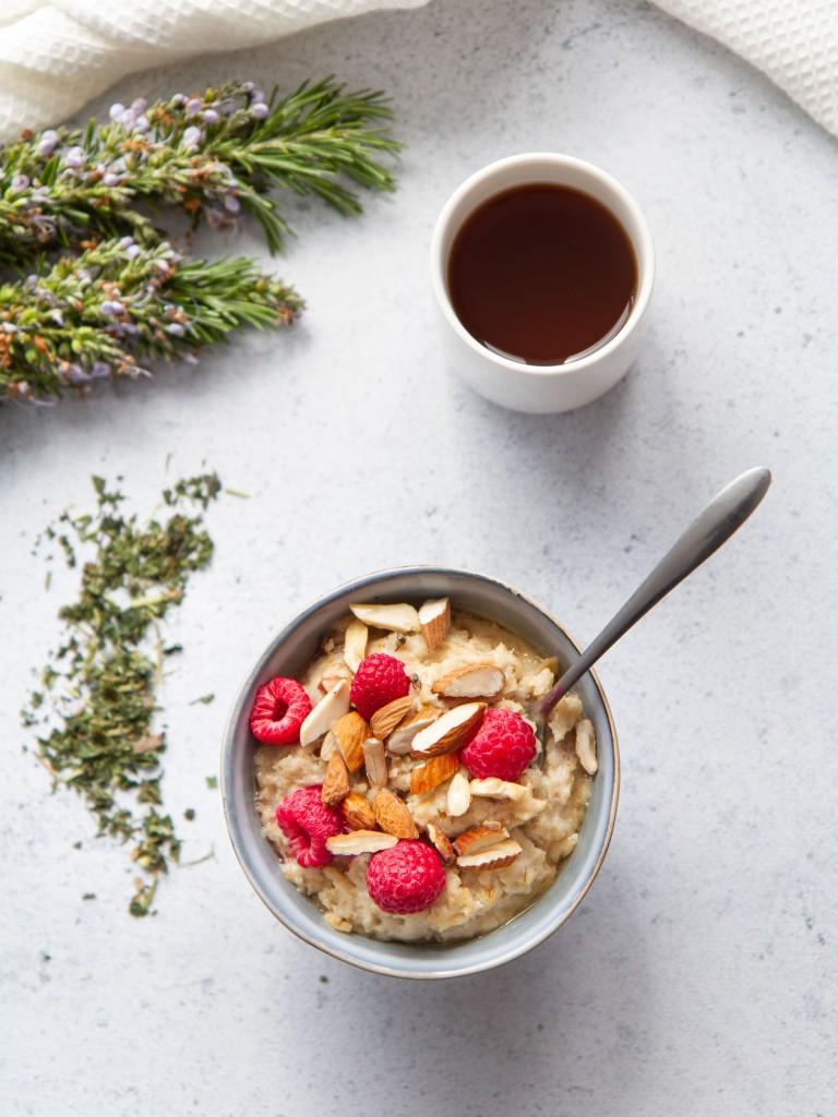 Porridge de flocons d'avoine aux amandes et framboises, infusion romarin-ortie (vegan, sans gluten)
