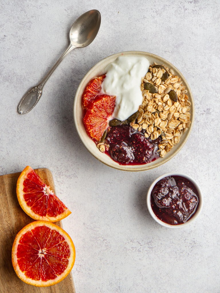 Petit déjeuner printemps : yaourt de brebis Bernard Gaborit, granola maison, confiture de figues, tranches d'orange sanguine