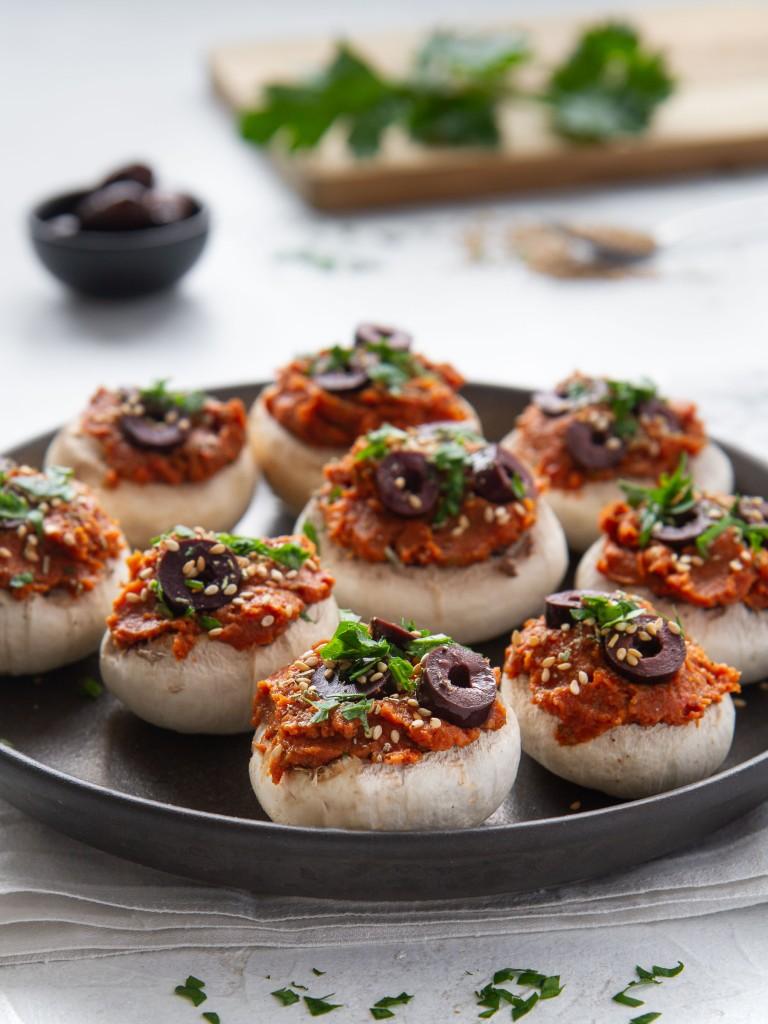 Champignons de Paris garnis à la crème de tomate et aux olives Kalamata (vegan, sans gluten)