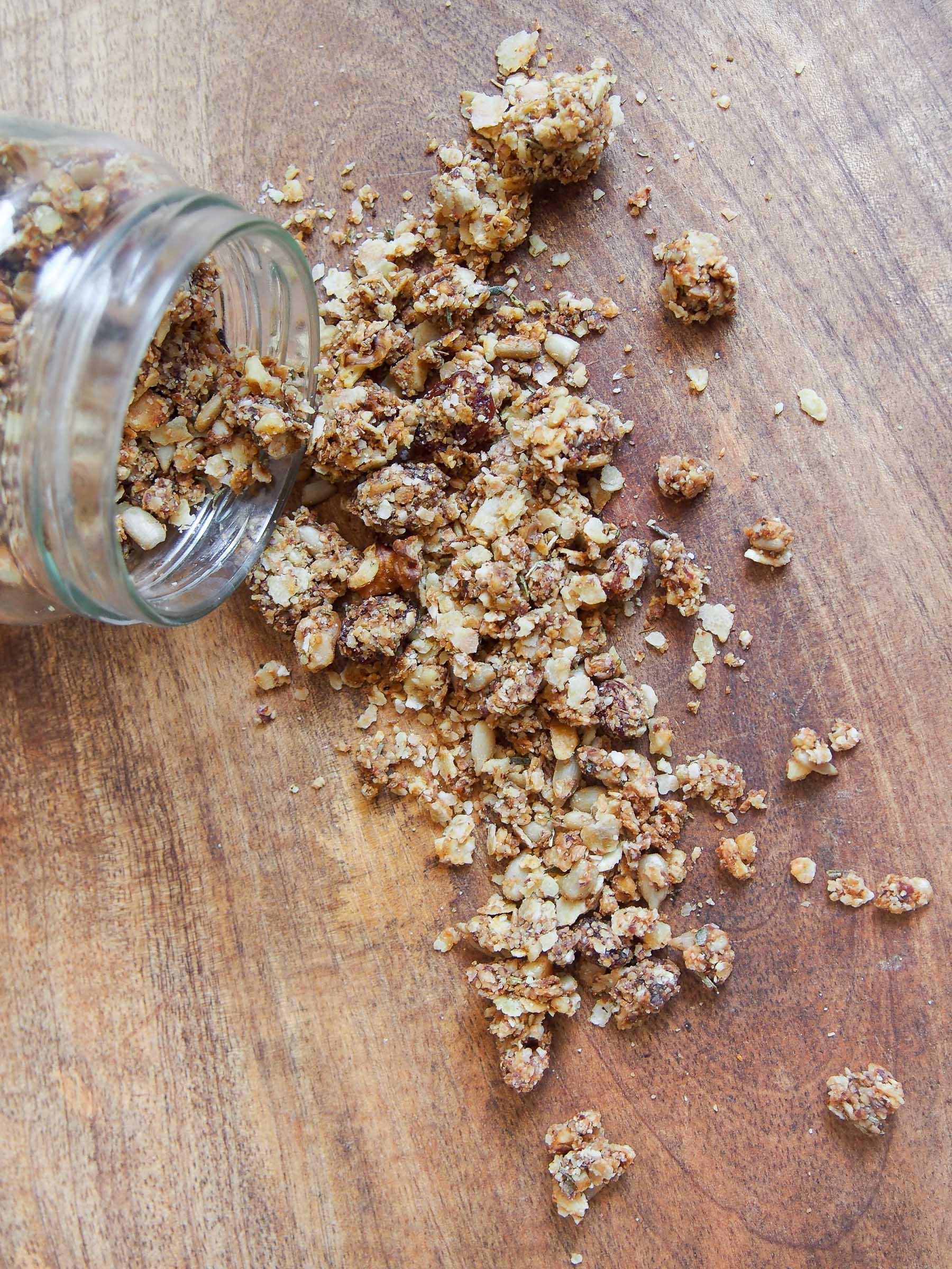 Granola salé aux flocons de sarrasin, noix, raisins secs et herbes aromatiques (vegan, sans gluten)