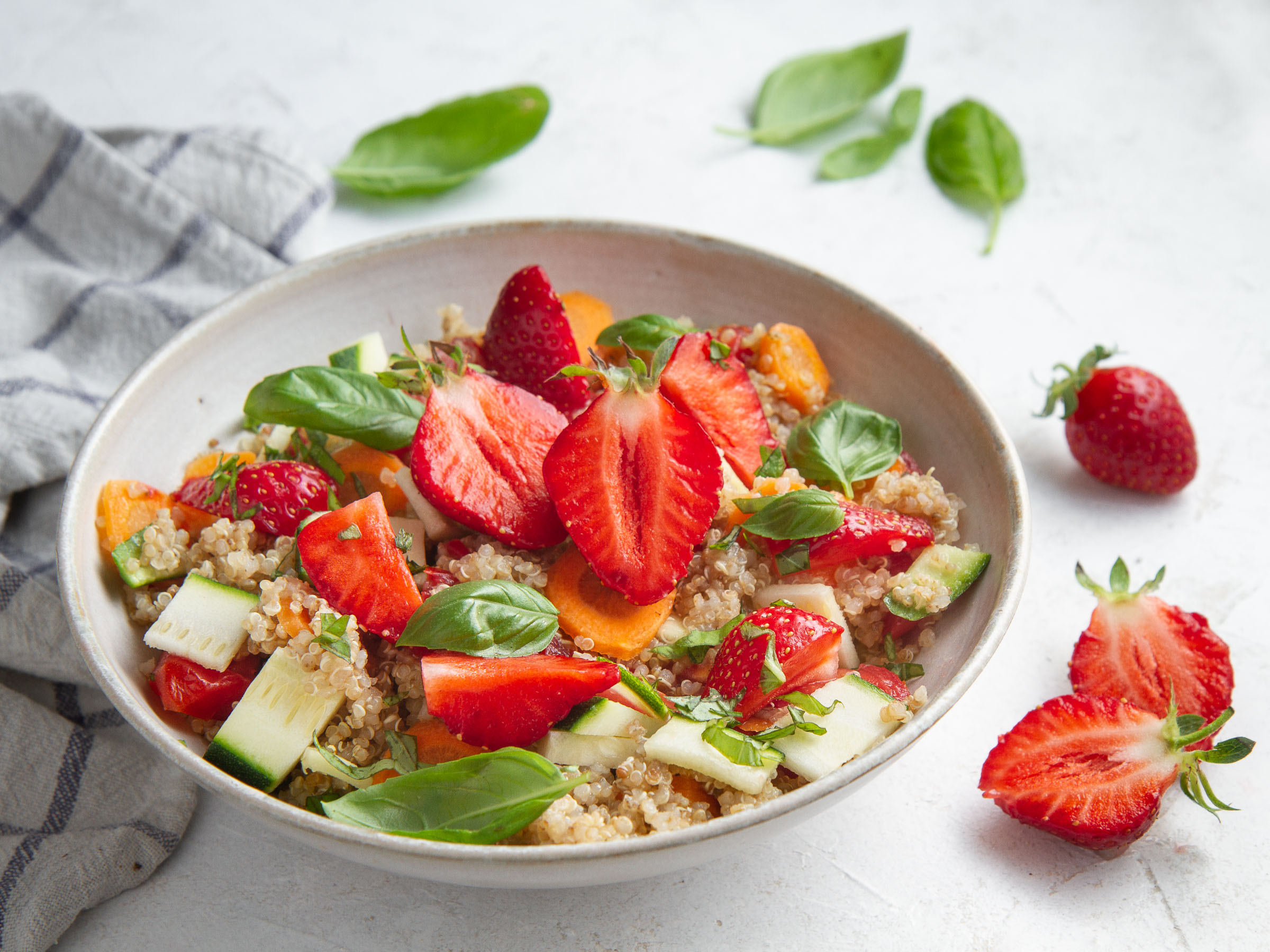 Quinoa aux légumes (carotte-courgette-tomate-basilic) et aux fraises, sauce au miso et au lin (vegan, sans gluten)