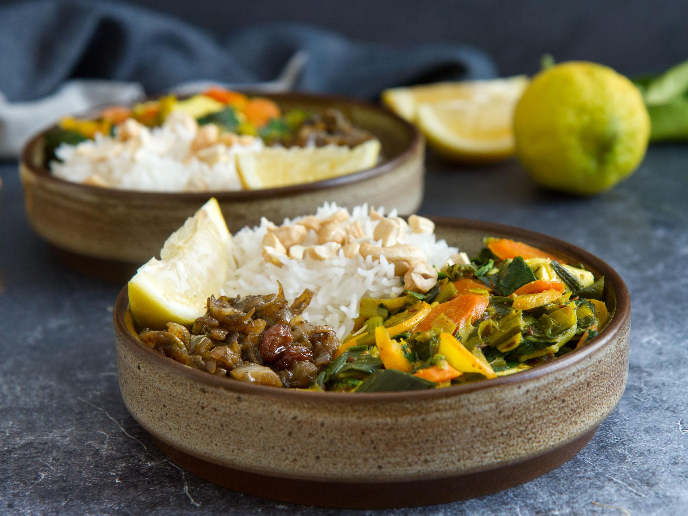 Curry de légumes au lait de coco et tofu, riz basmati, chutney d'oignons aux raisins