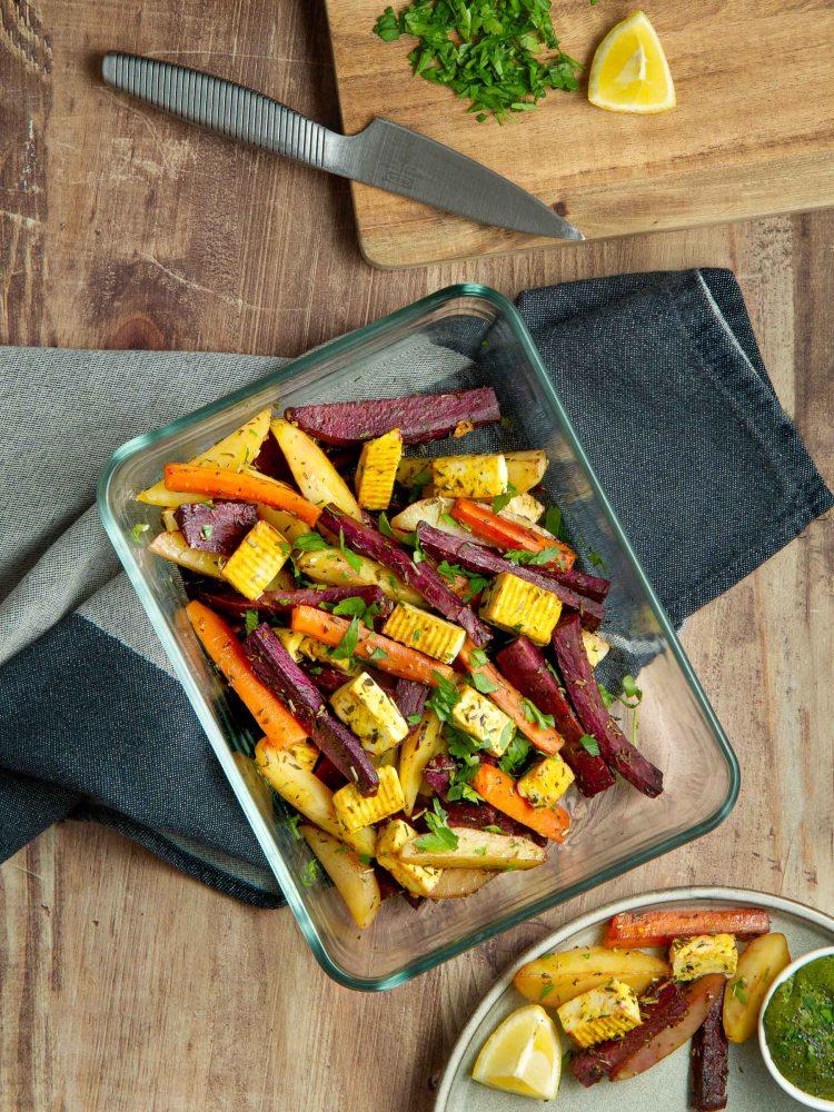 Patate douce violette, carotte et pomme de terre rôtis au four - tofu au curcuma