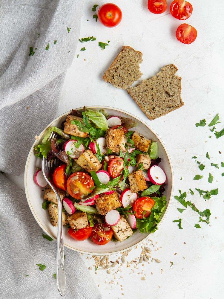 Salade de tofu poêlé au tamari et huile d'olive, tomates cerise, raids, persil frais et mesclun